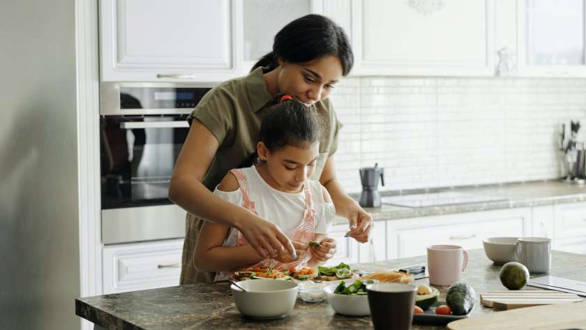 8 beneficios de cocinar junto a tus peques